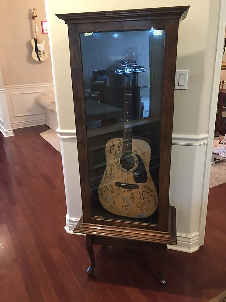 Superbe Custom Made Guitar Display Cabinet Oak