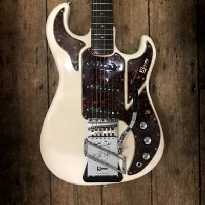 1964 Burns Hank Marvin Signature model in White finish comes with a hrd shell case