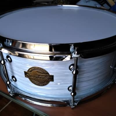 SAWTOOTH COMMAND SERIES SNARE DRUM 2018 WHITE MARINE OYSTER WRAP