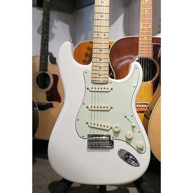 Fender Deluxe Roadhouse Stratocaster With Maple Fingerboard