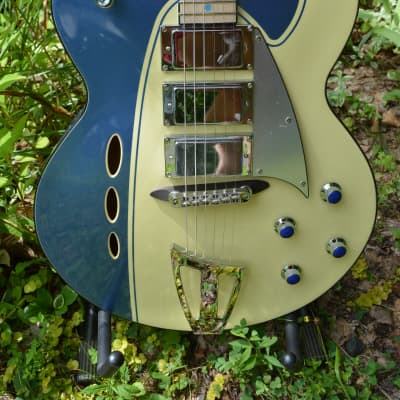 Mint Backlund Rockerbox in Blue/Cream w/New Black Dunlop Straploks and New Eastwood  Hardshell Case for sale