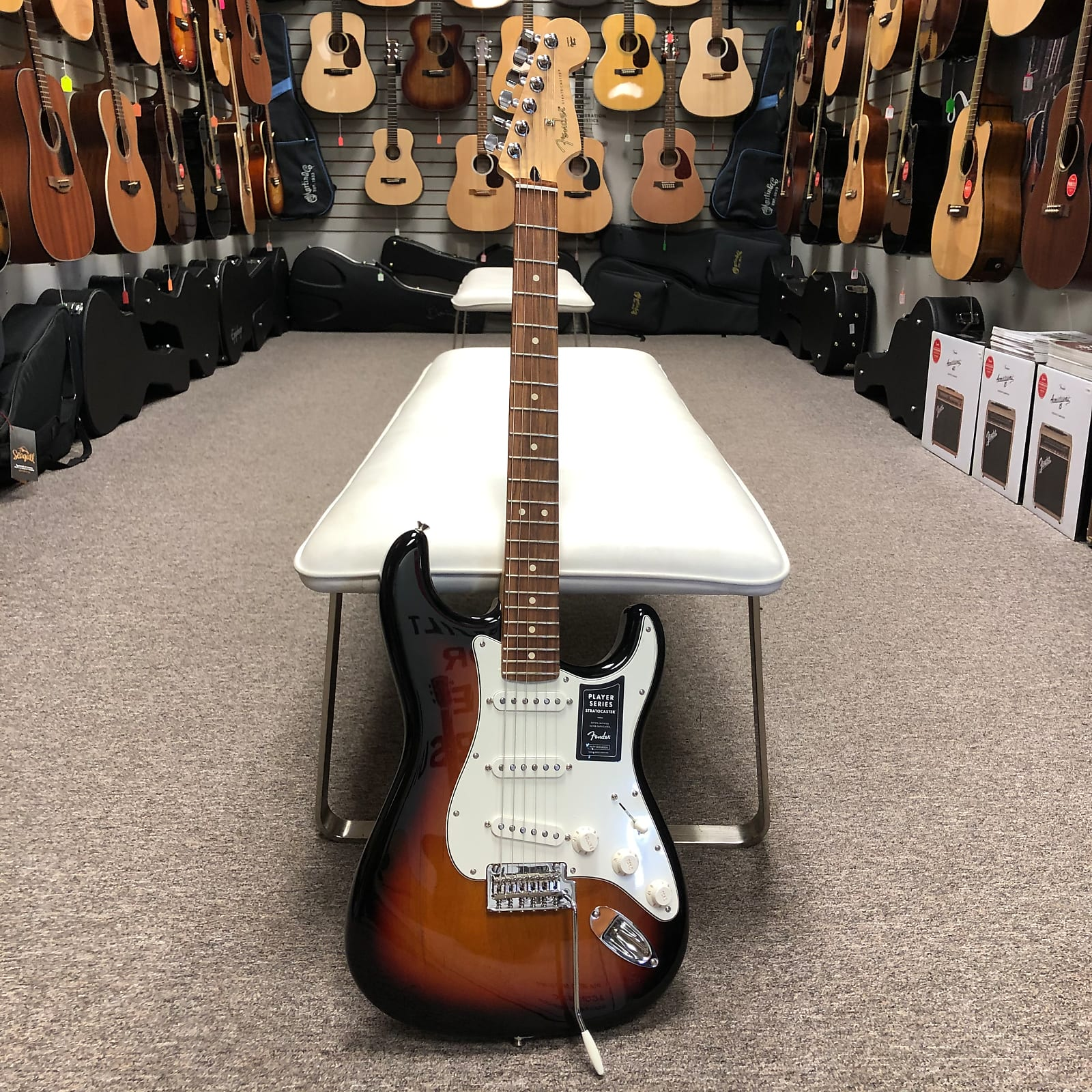 Fender Player Stratocaster - 3-Color Sunburst, Pau Ferro Fretboard