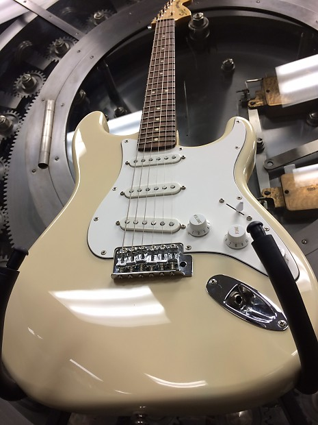 Squier Stratocaster (Fender Saddles, Deluxe Tuning Machines, Duncan  Designed Pickups)