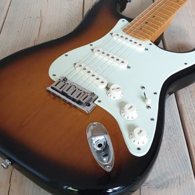 Fender American Deluxe Stratocaster V-Neck 2004 - 2010 Sunburst for sale