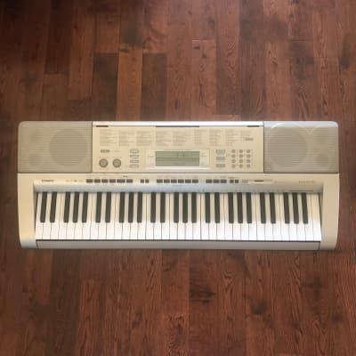 Casio LK-270 61-Key Key-Lighting Keyboard