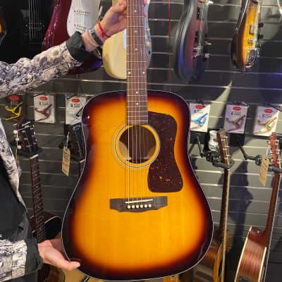 Guild D-40 Traditional Acoustic Guitar Sunburst w/ Hard case