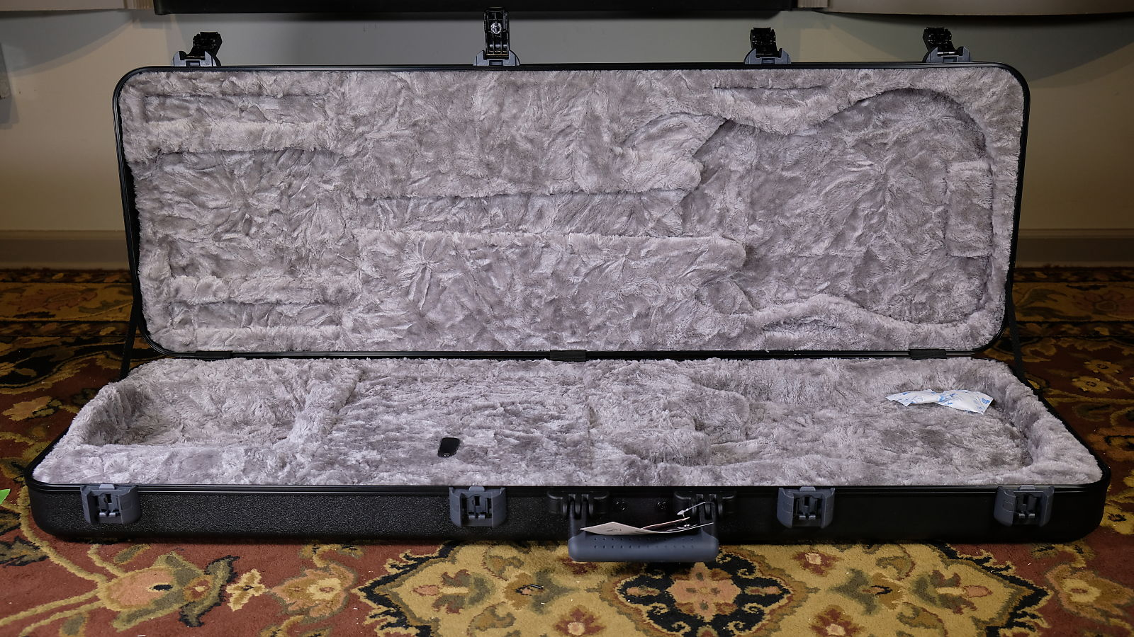 Fender Deluxe Molded Case for Electric Bass Guitars
