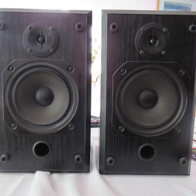 B&W V201 bookshelf speakers in very good condition