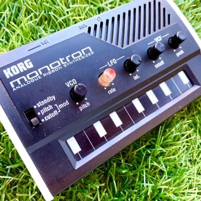 Korg Monotron Analogue Ribbon Synthesizer 2010 White Black