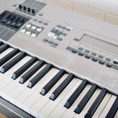 Yamaha Motif 8 88 Key synthesizer keyboard in very good condition - synth