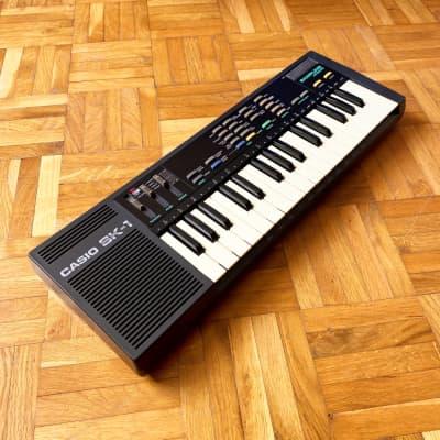 Casio SK-1 - Portable Sampling Keyboard Vintage Lofi Polyphonic 8bit Sampler (made in Japan, 1985)!