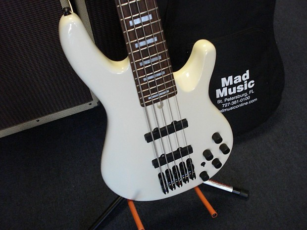 yamaha bb2005 bass guitar 5 string with gigbag reverb. Black Bedroom Furniture Sets. Home Design Ideas
