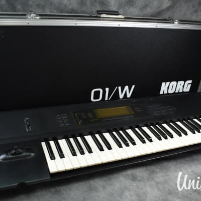 KORG 01/W Music Workstation synthesizer in very good condition