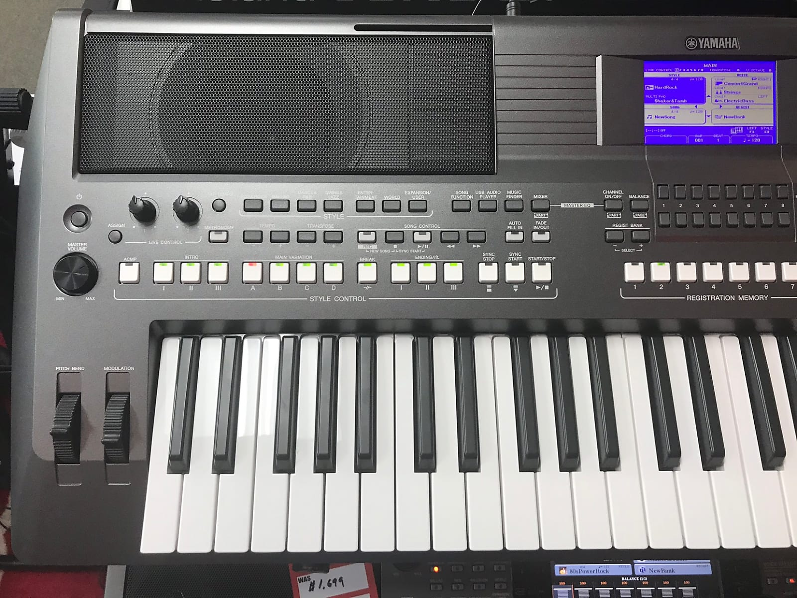 Yamaha PSR-S670 61-Key Arranger Workstation 2017