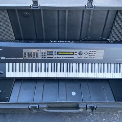 Roland XV-88 128-Voice 88-Key Expandable Digital Synthesizer w/SKB case