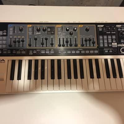 Roland SH-01 GAIA 37-Key Digital Synthesizer