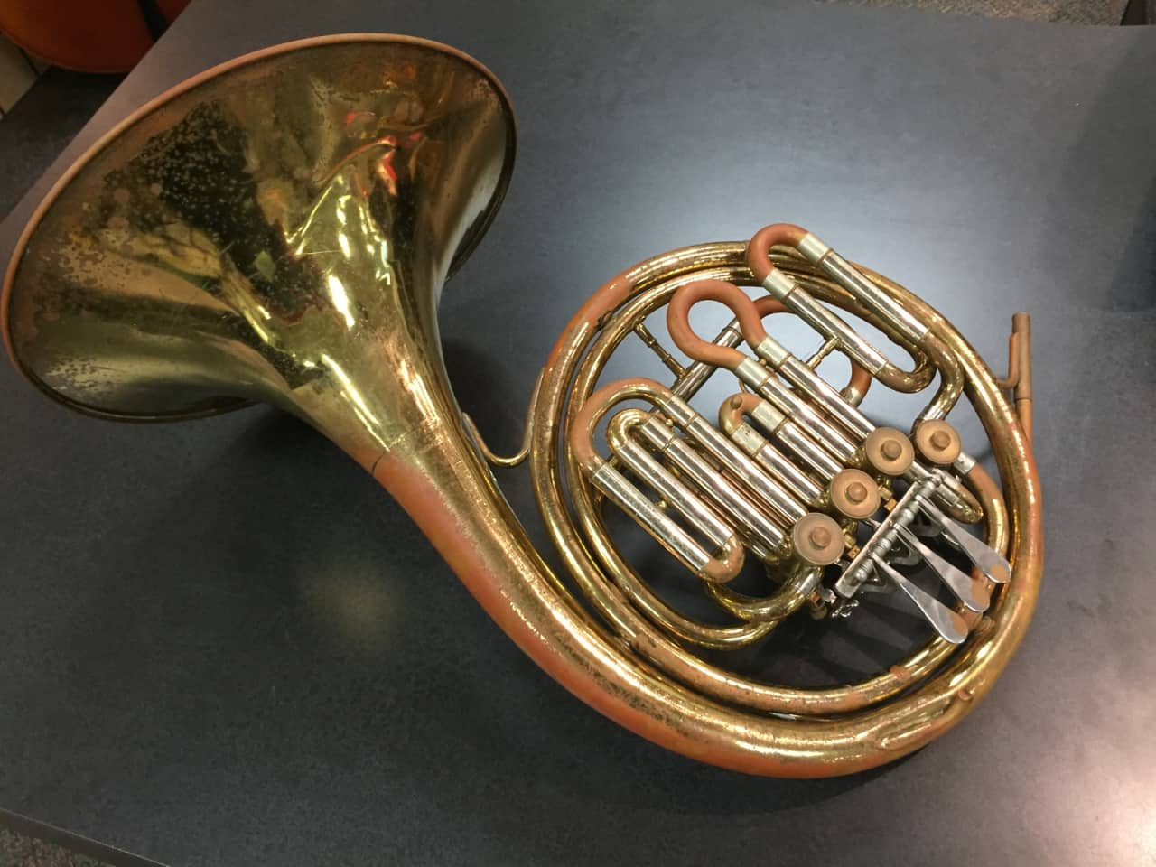 history of the french horn The name french horn has nothing to do with the fact that the modern horn is pitched in f the term was used as far back as 1680, when horns were made in many different keys the term refers to the instrument's probable country of origin, france.
