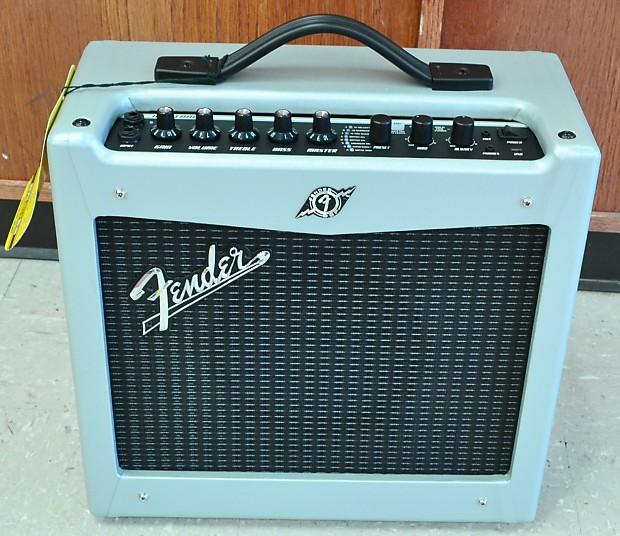 Fender Mustang 1 V2 >> Fender Mustang 1 V2 Limited Edition Silver Guitar Amplifier Amp 1x8 20w