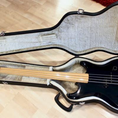 Vantage Avenger Fretless Bass