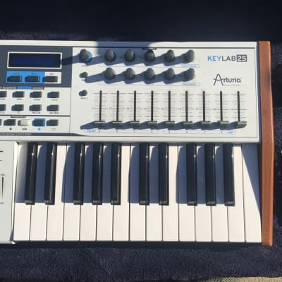 Arturia KeyLab 25 MIDI Controller. Excellent condition, fully functional with power supply