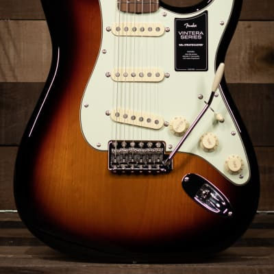 Fender Vintera® '60s Stratocaster®, Pau Ferro Fingerboard, 3-Color Sunburst