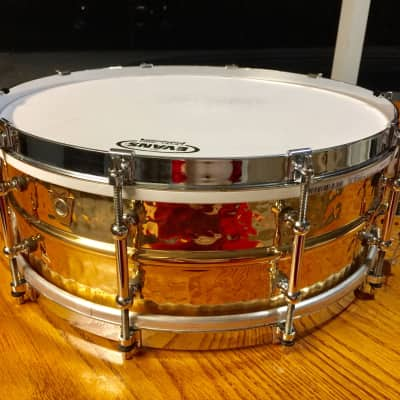 """Ludwig LB550KTWM Hammered Bronze 5x14"""" Snare Drum with Tube Lugs and P-86 Millennium Strainer"""