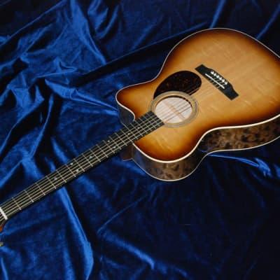 2017 Martin Custom Shop OM Gorgeous Quilted Maple Sunburst Bearclaw Spruce Cutaway Hardshell Case