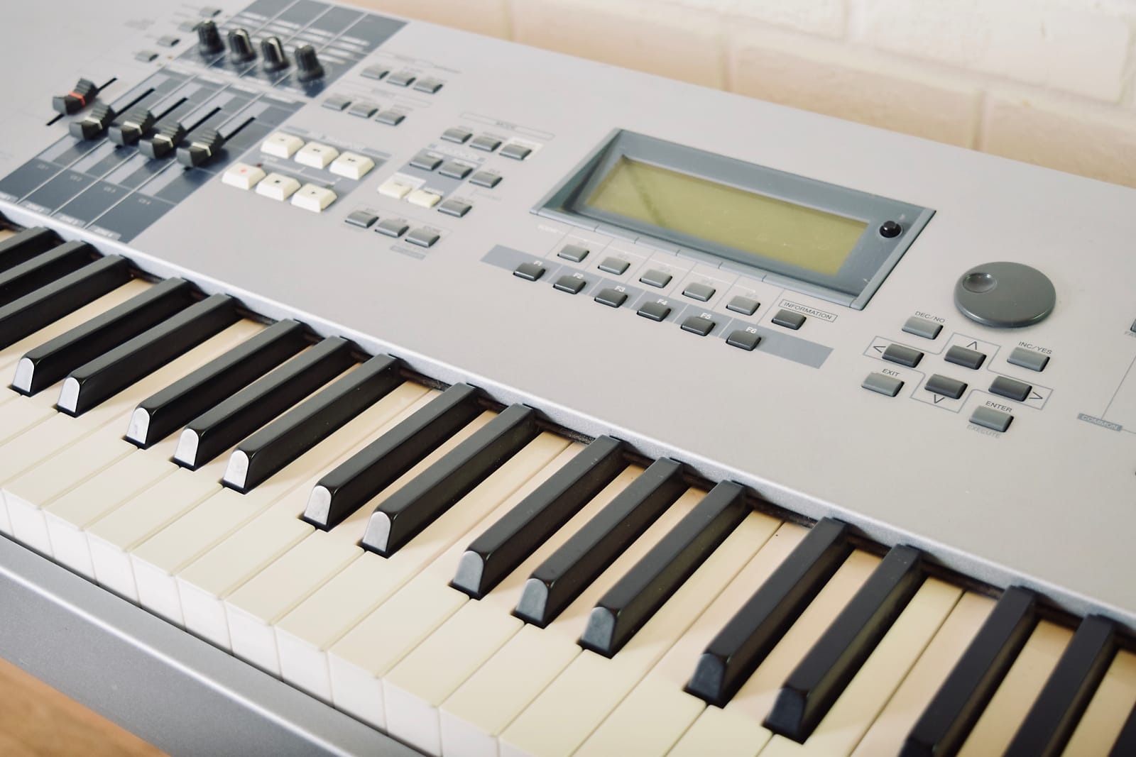 Yamaha Motif ES 8 keyboard synthesizer in excellent condition with manuals